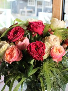 30 wild roses with panicum in red-pink-grey