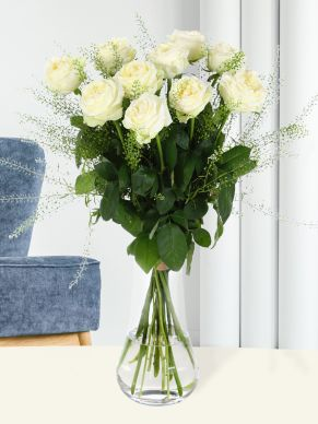 10 luxurious white roses